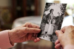 Demenzkranke leben häufig in einer ganz eigenen Welt - für die betroffenen Angehörigen meist eine sehr große Herausforderung. Foto: djd/DFV Deutsche Familienversicherung/bilderstoeckchen - Fotolia