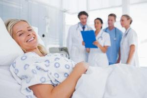 Vor allem wenn es um längere Erkrankungen geht, wünschen sich viele Menschen eine Unterbringung im Einzelzimmer, die Behandlung durch den Chefarzt und weitere Leistungen ähnlich wie für Privatpatienten. Foto: djd/DFV AG/wavebreakmedia/shutterstock.com