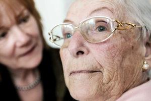 71 Prozent aller Pflegebedürftigen werden heute zu Hause versorgt - und zwar überwiegend von weiblichen Familienmitgliedern, die dafür häufig ihre Berufstätigkeit einschränken und auf Einkommen verzichten müssen. Foto: djd/DFV AG/bilderstoeckchen-Fotolia.com