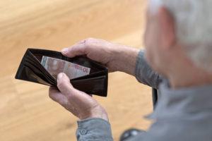 Die gesetzliche Rente wird immer mehr Älteren nicht mehr zum Leben reichen - vor allem dann nicht, wenn sie früher als mit 67 Jahren in den Ruhestand gehen. Foto: djd/DBZWK/thx
