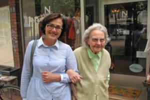 Der Einsatz einer Senioren-Assistentin kann ganz individuell auf den persönlichen Bedarf abgestimmt werden. Foto: djd/Büchmann/Seminare/Larissa Karassenko