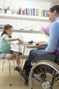 Auch mit einer Behinderung wollen die meisten Menschen weiter zu Hause wohnen - doch der Umbau zur Barrierefreiheit ist oft kostspielig. Foto: djd/Nürnberger Versicherungsgruppe/thx