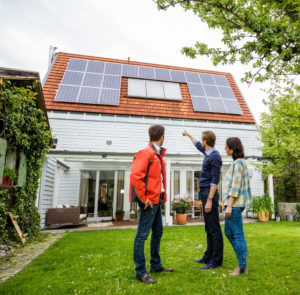 Für eine optimale Solarstromnutzung müssen Photovoltaikelemente, Verbraucher im Haus und ein Batteriespeicher gut zusammenarbeiten. Foto: djd/E.ON