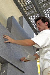 Gut geplant ist halb saniert: Bevor man Fachhandwerker etwa mit der Außendämmung der Fassade beauftragt, sollte man durch einen Energieberater eine individuelle Analyse vornehmen lassen. Foto: djd/IVH Industrieverband Hartschaum e.V.
