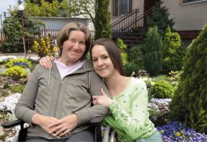 Nach einer Hirnblutung wurde Theresia B. (links) über Nacht zum Pflegefall. Foto: djd/Brinkmann Pflegevermittlung GmbH
