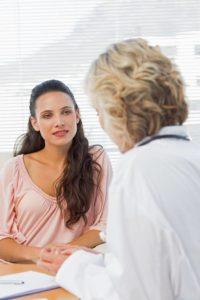 Frauen ab 20 Jahren haben einmal pro Jahr Anspruch auf eine Krebsfrüherkennungsuntersuchung. Ab 30 Jahren ist zusätzlich auch die Untersuchung der Brust Bestandteil des Vorsorgetermins. 1270 KB Foto: djd/IKK classic/thx